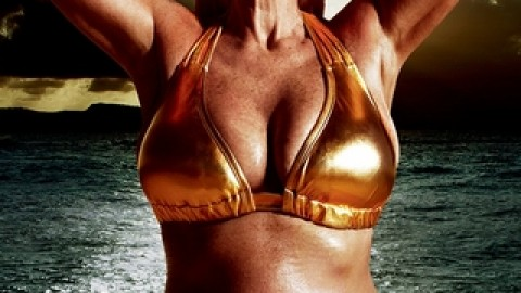 56 ans, mannequin, en maillot de bain