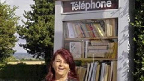 Évelyne crée une « cabine bibliothèque »